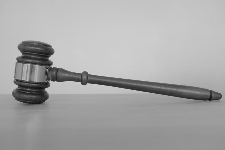 Tuomari ratkaisee jutun todistelun perusteella.