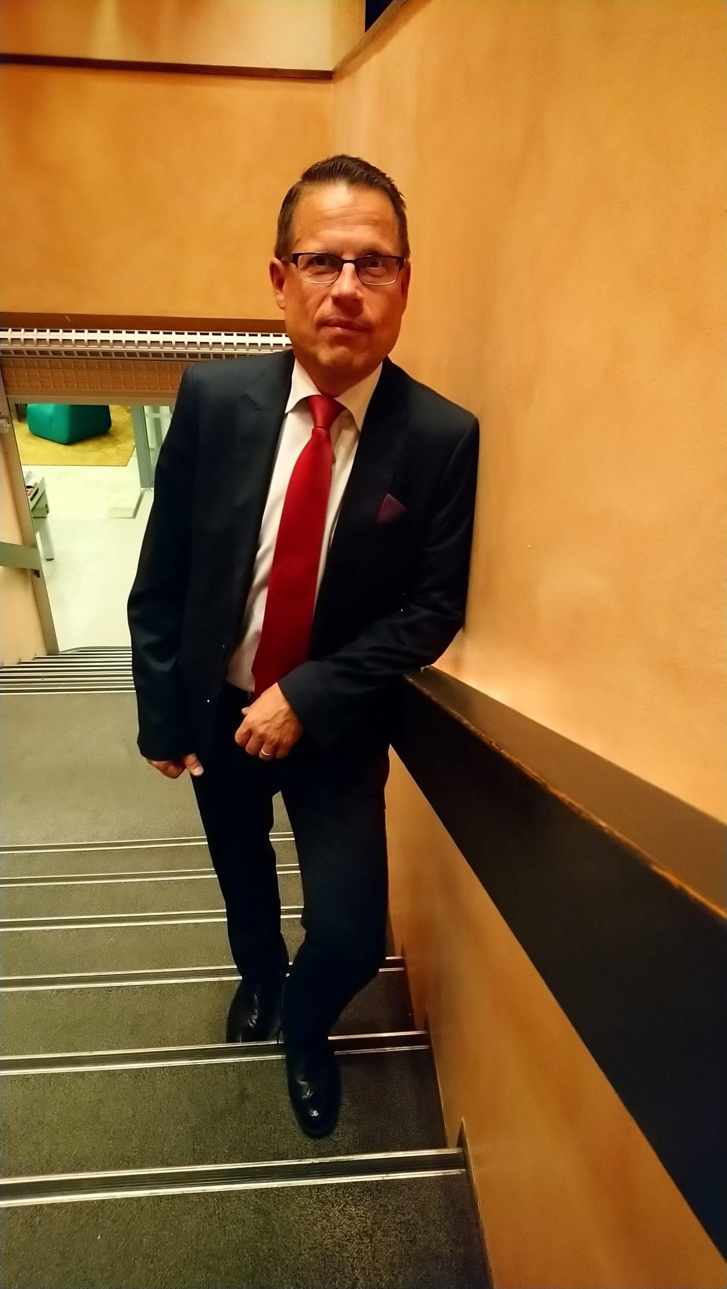 Asianajaja Matti Honkanen portaissa